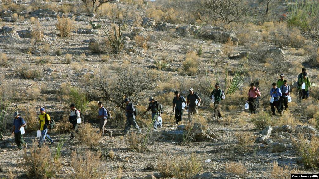 مهاجران مکزیکی در بیابان های ایالت آریزونای امریکا  www.0098.link بایدن -                             - بایدن – دولت جدید آمریکا – ایران و ایرانیان